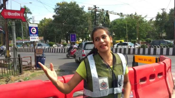 Indore MBA student spreads traffic awareness by dancing at Road, Twitter feels proud