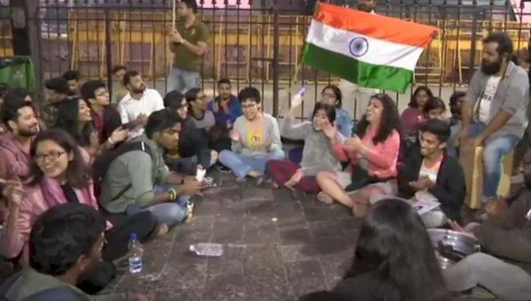 Various College students protest at Gateway of India in Mumbai to condemn JNU violence